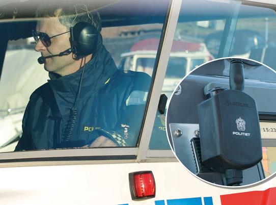 foto av mann i helikopter med radiokomm.utstyr