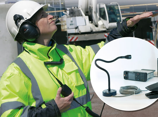 foto av dame med radiokommunikasjonsutstyr